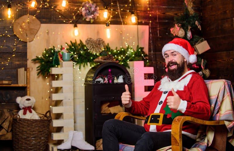 Давайте отпразднуем счастливый бородатый человек эльф Рождественские Рождества ман санта-шапка зимние каникулы ожидание подарков  стоковое фото rf