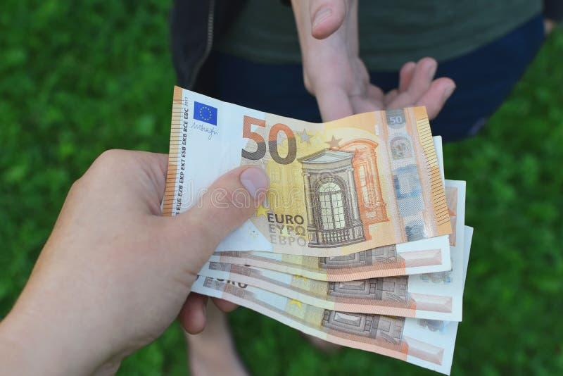 давать деньги руки стоковое фото