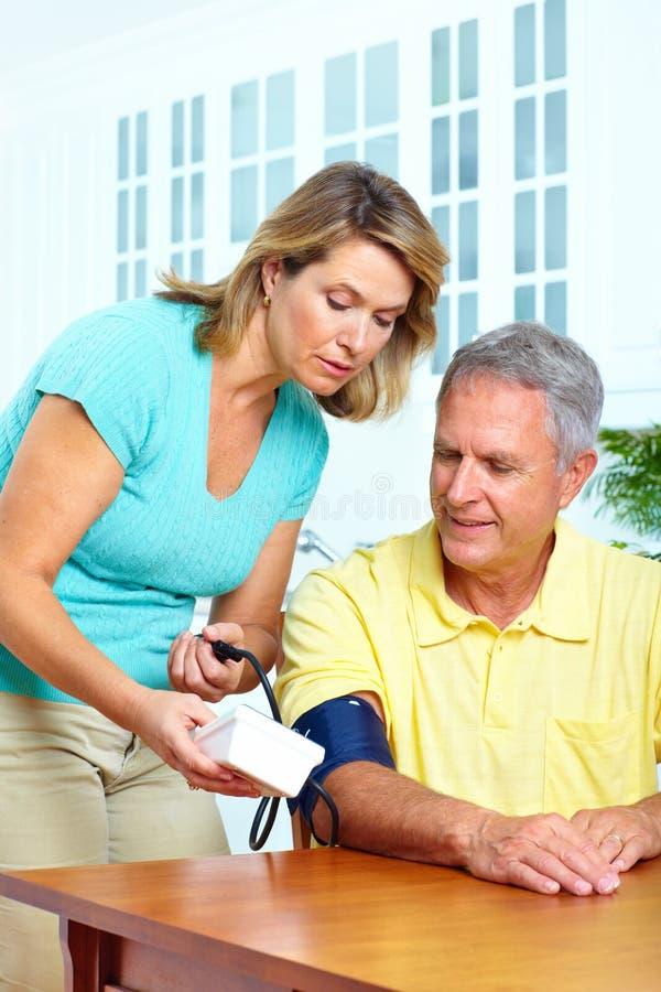давление контроля крови домашнее стоковая фотография