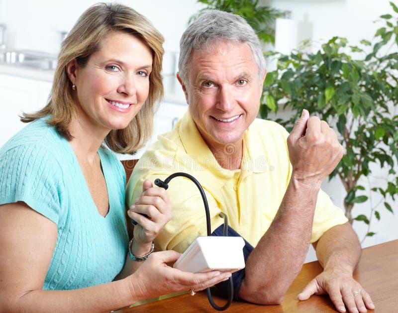 давление контроля крови домашнее стоковое изображение