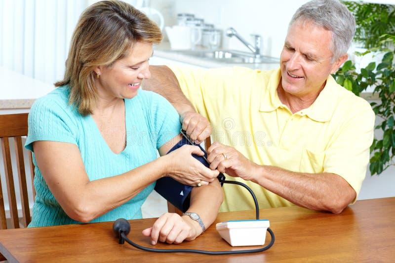давление контроля крови домашнее стоковая фотография rf