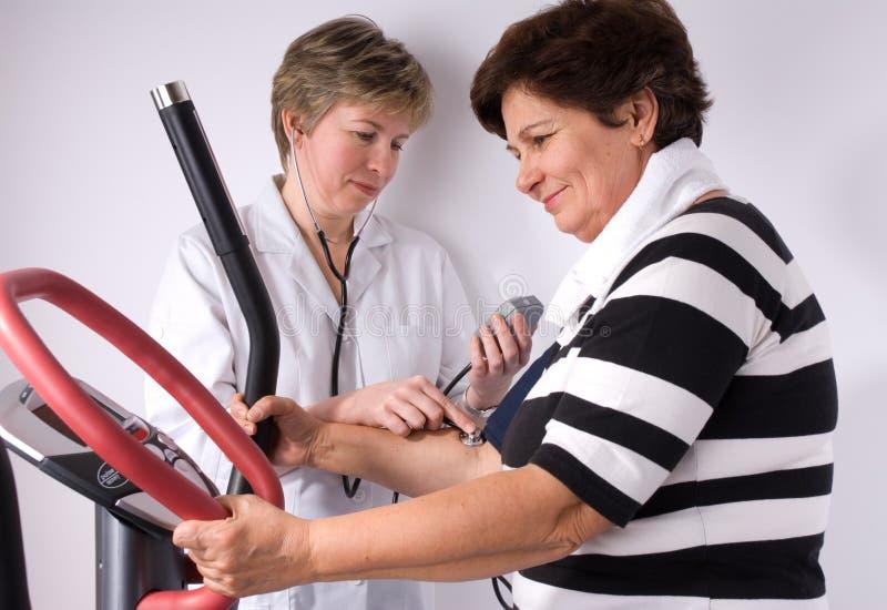 давление крови измеряя стоковое фото