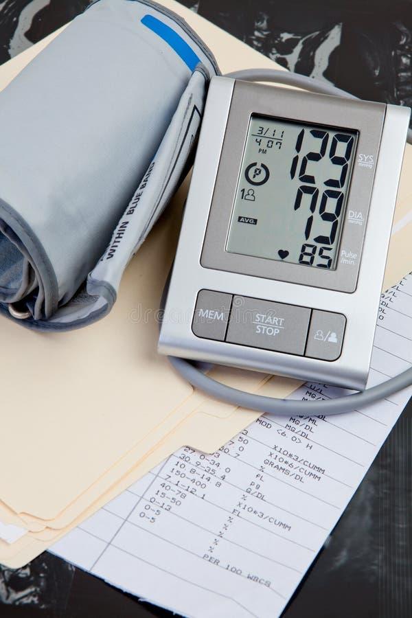 давление крови медицинское записывает испытание стоковое фото rf