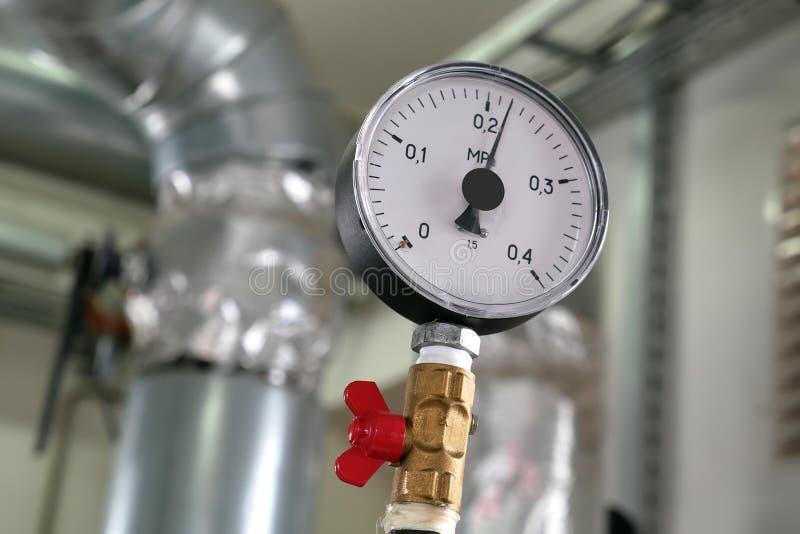 Давление по манометру в системе отопления стоковая фотография rf