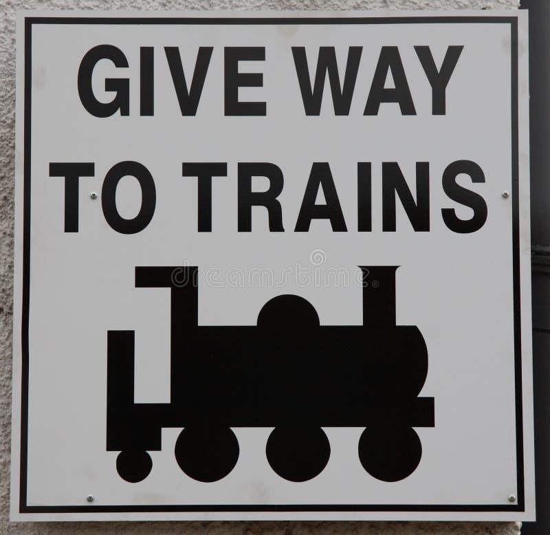 дайте знак к путю поездов стоковая фотография rf