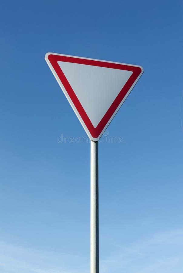 Дайте знак пути на предпосылке голубого неба стоковое изображение