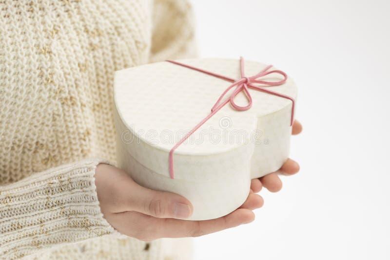Дайте подарочную коробку стоковое фото