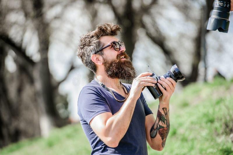 Дай мне улыбку хипстерский человек в летних солнцезащитных очках фотография природы репортер или журналист, пишущий хипстер с бор стоковые фото