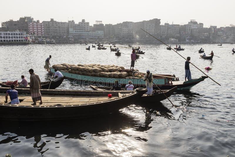 Дакка, Бангладеш, 24-ое февраля 2017: Грузовие корабли людей и на стержне Sadarghat стоковое изображение