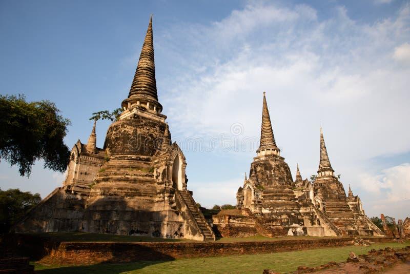 Далекий взгляд виска Ayutthaya загубленного в Таиланде с голубым небом как предпосылка стоковое фото rf