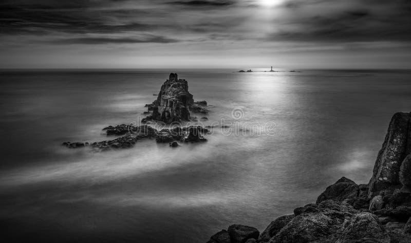 Далекий маяк, приземляется конец, западный Корнуолл, Великобритания стоковые фотографии rf