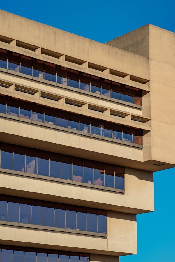 Даллас, Техас - 7-ое мая 2018: Здание муниципалитет Далласа, конструированный renouned архитектором i M Pei, было использовано дл стоковые изображения