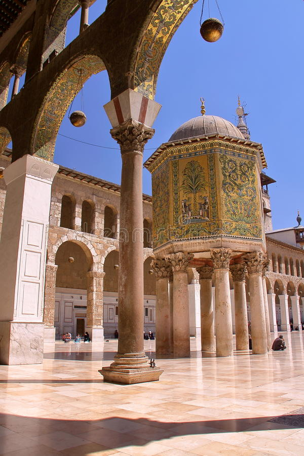 ДАМАСК, СИРИЯ: Двор мечети Umayyad с куполом казначейства стоковые фото