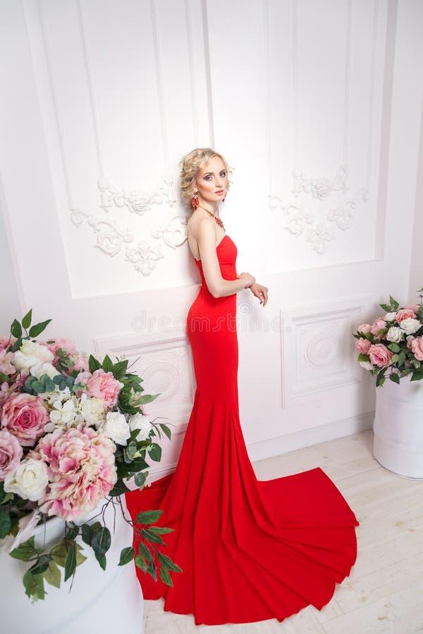 Дама взгляда сверху в красном цвете Женщина элегантности молодая взрослая представляя n стоковое фото rf