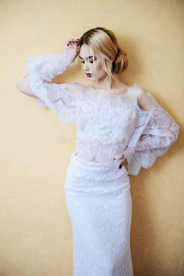Дама в белом платье стоковая фотография rf