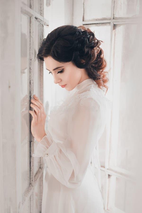 Дама в белом винтажном платье стоковая фотография
