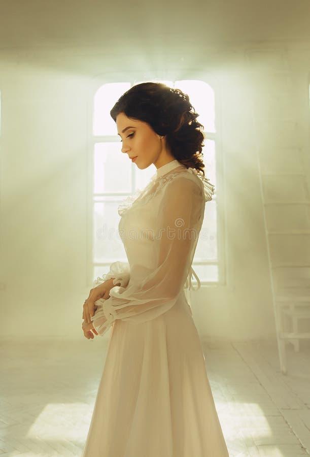 Дама в белом годе сбора винограда стоковое фото