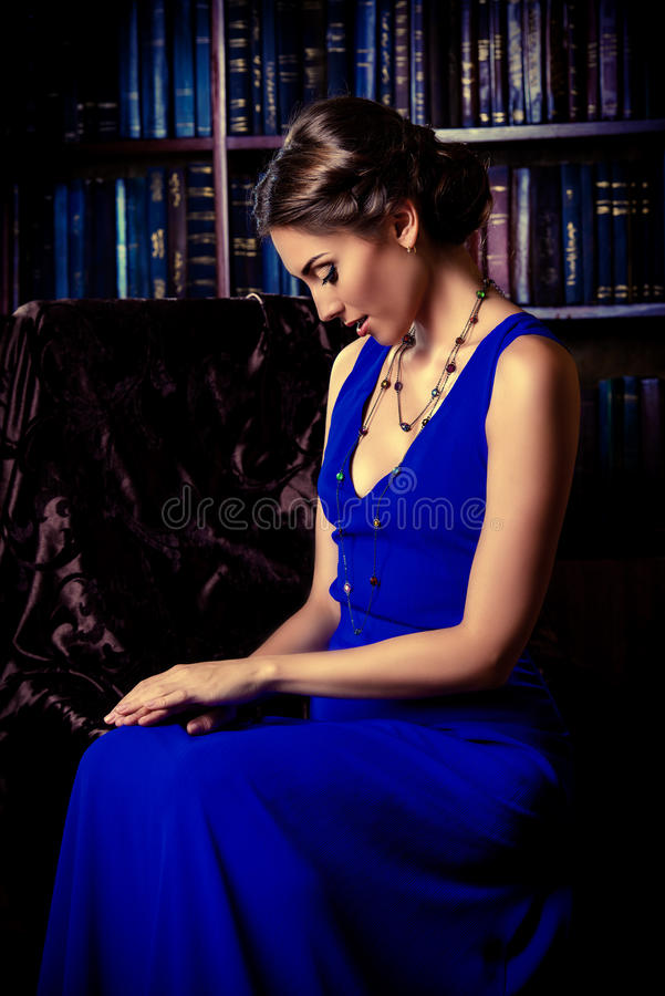 Дама в библиотеке стоковые фото