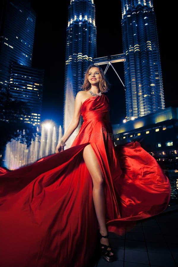 Дама В Красн Одевать способа и света города стоковые фотографии rf
