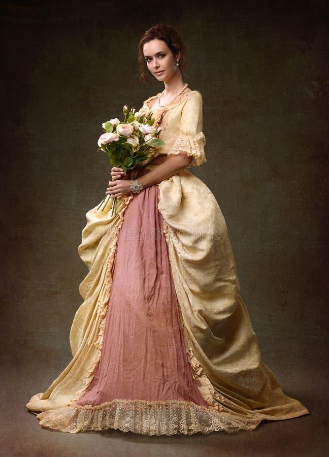 Дама в средневековом желтом платье стоковая фотография rf