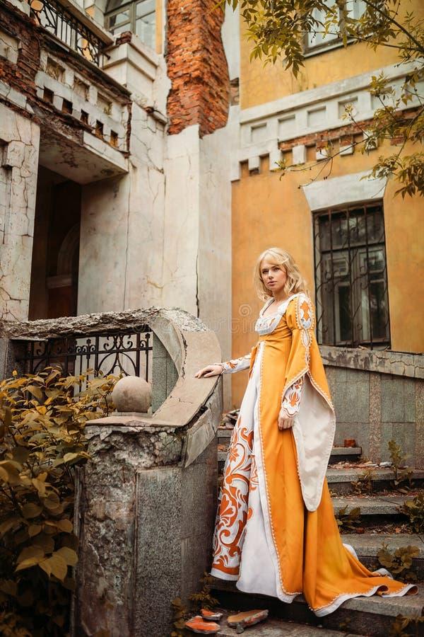 Дама в средневековом костюме стоковое изображение