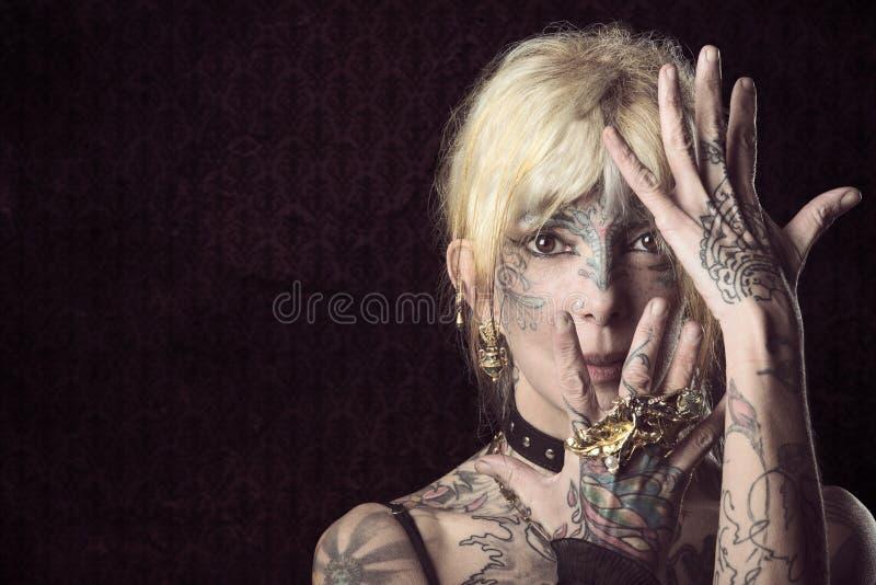 Дама в темноте, с onface татуировки с маской стоковое изображение rf