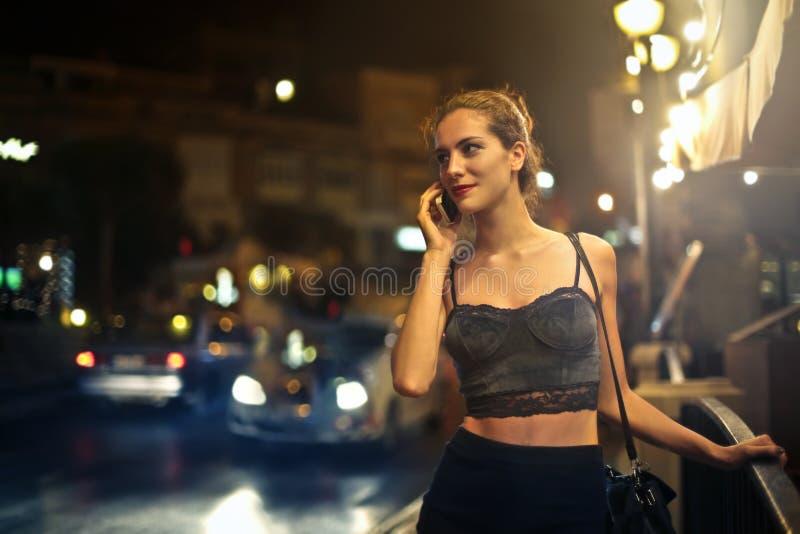 Дама говоря на телефоне стоковые изображения rf