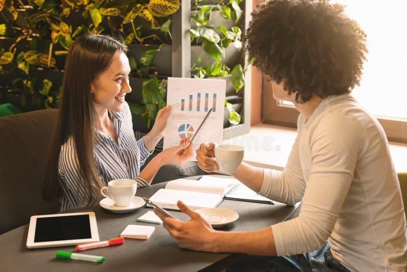 Дама дела показывая ее идею к инвестору в кафе стоковая фотография rf