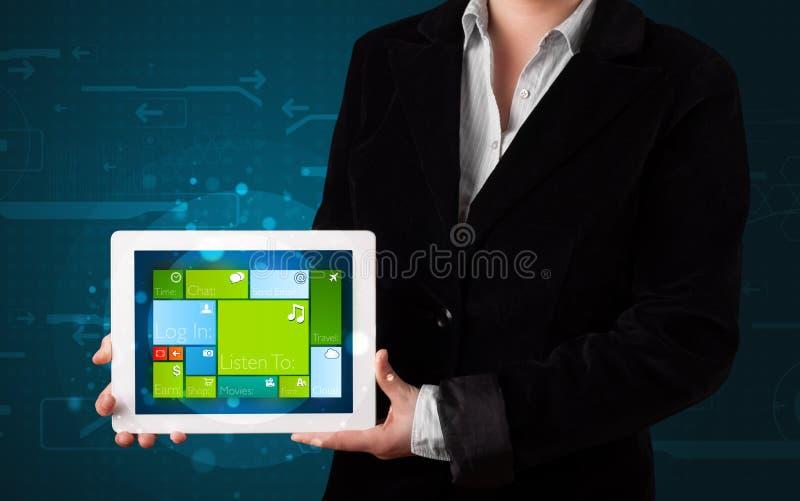 Дама держа таблетку с системой современного программного обеспечения рабочей стоковые фотографии rf