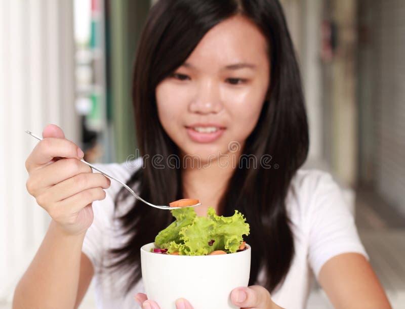 Дама ест vegetable салат на ресторане стоковое изображение rf
