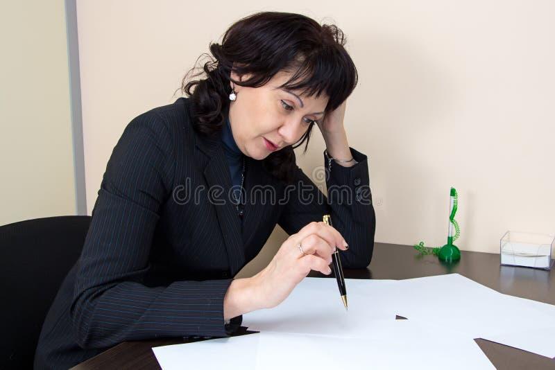 Дама дела сидя в офисе и thiking стоковая фотография rf