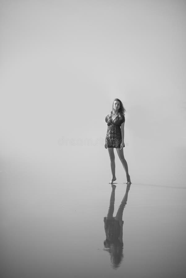 Дама и ее песок стоковая фотография
