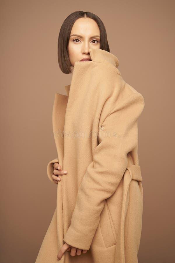 Дама моды красивая в бежевом пальто стоковые изображения rf