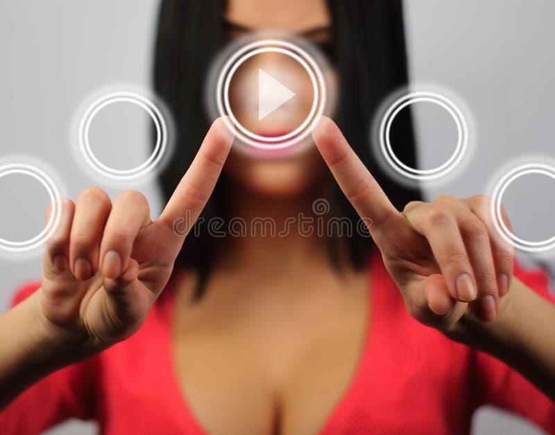 Дама отжимает экран касания стоковые изображения