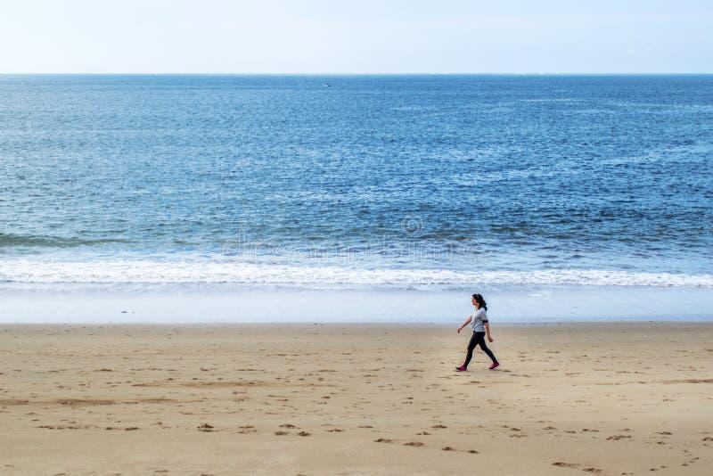 Дама пляжа идя молодая стоковая фотография
