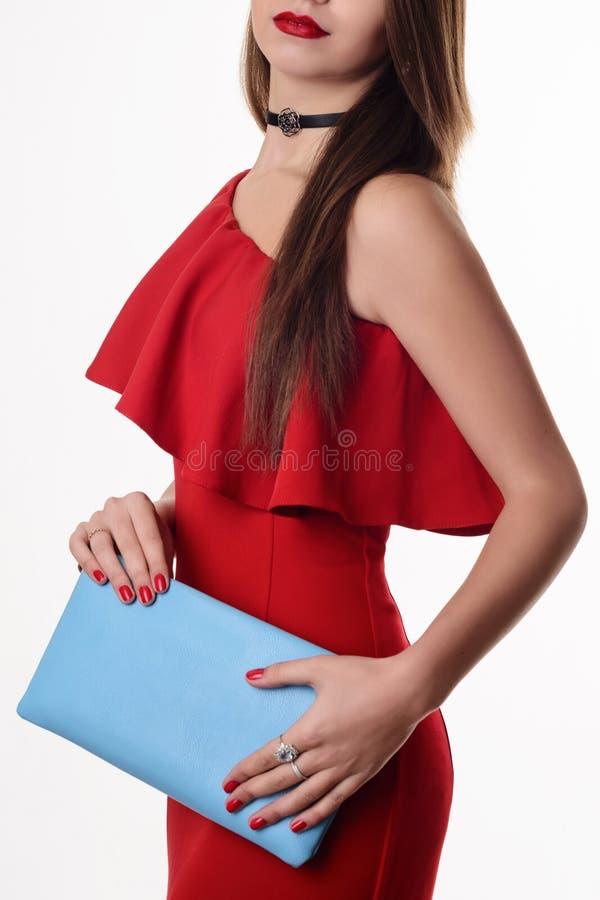 Дама портрета блестящая Вспомогательное оборудование способа красное платье и голубая муфта стоковые изображения rf