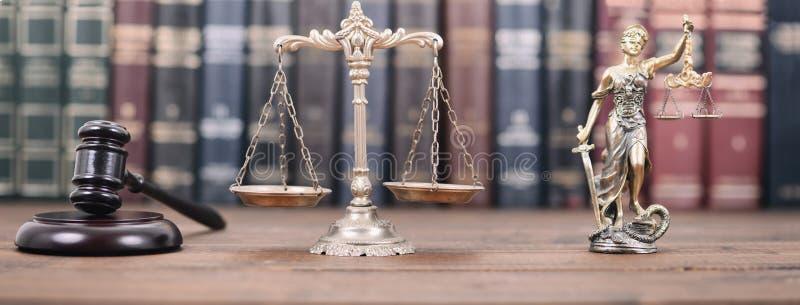Дама Правосудие, весы правосудия и молоток судьи стоковые изображения rf