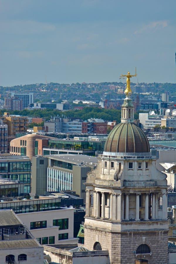 Дама Правосудие Overlooking Лондон стоковые фото