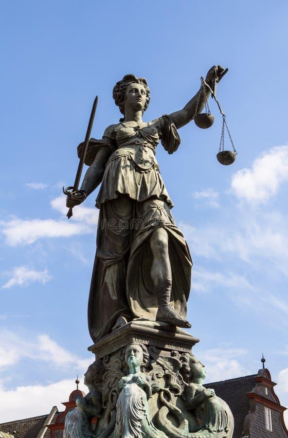 Дама Правосудие В Франкфурт, Германия стоковые изображения