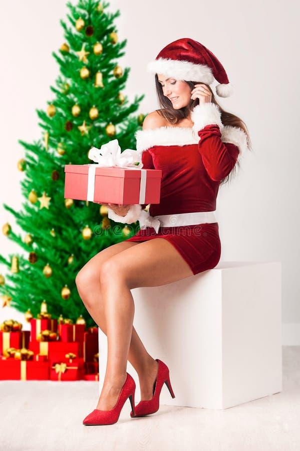 Дама Санта с подарком рождества стоковые изображения rf