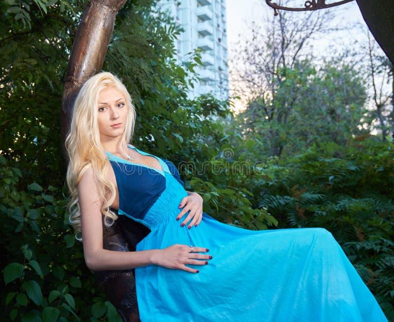 Дама с белокурыми волосами стоковая фотография rf
