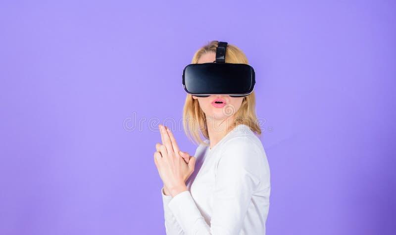 Дама с жестом оружия Увлекать виртуальную реальность взаимодействия Предпосылка фиолета головного установленного дисплея женщины  стоковое изображение