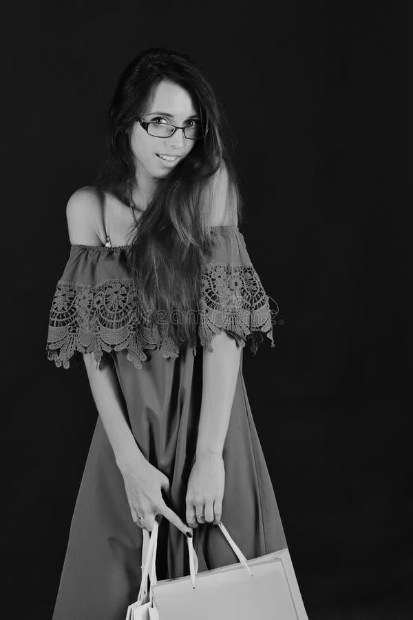 Дама с умными стеклами и усмехаясь стороной стоковая фотография