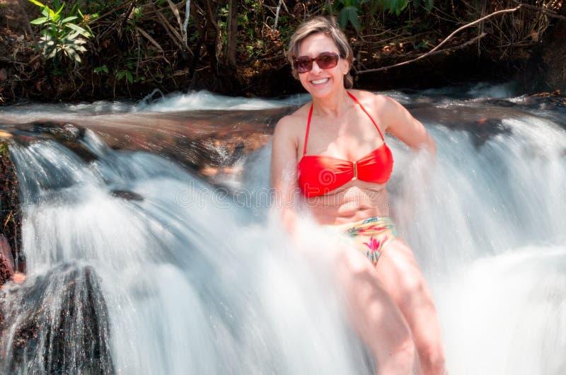Дама Enjoying водопад стоковое изображение rf