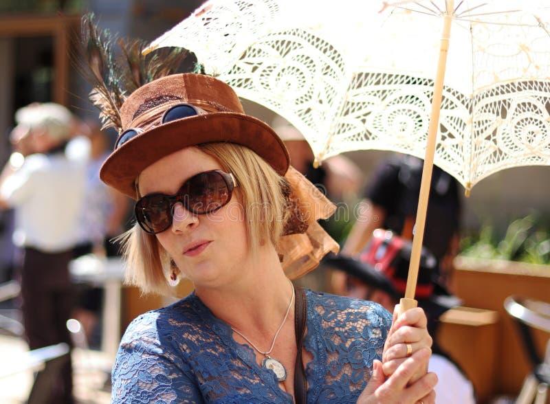 Дама Steampunk рынка моста Hebden с парасолем и шляпой Steampunk с изумлёнными взглядами стоковое фото