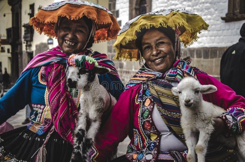 Дамы в городе Cusco стоковые фотографии rf