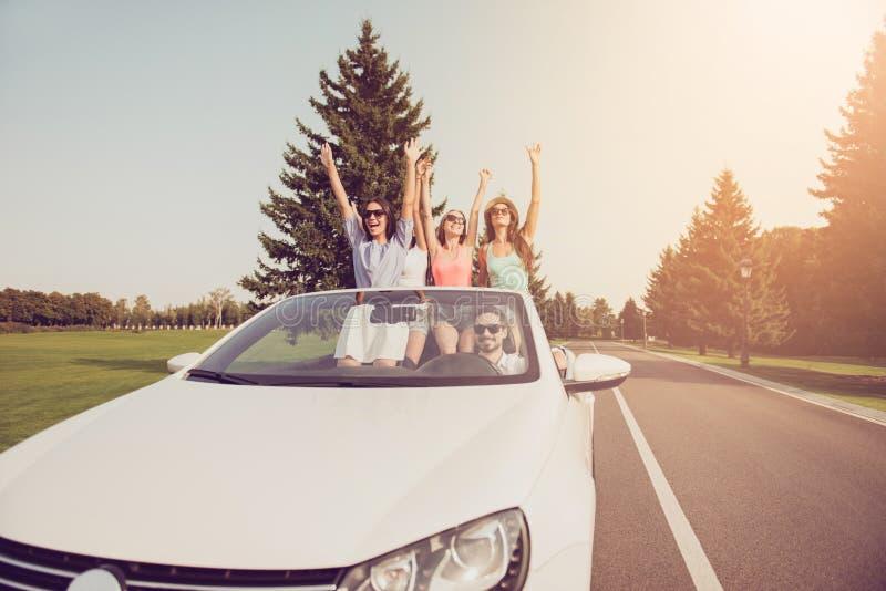 Дамы и водитель парня, подруги шиков выражают витальность, emoti стоковое фото
