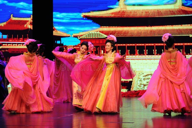Дамы танцуют в  show†сценариев масштаба тяни Династи-большом  legend†дороги стоковое изображение rf