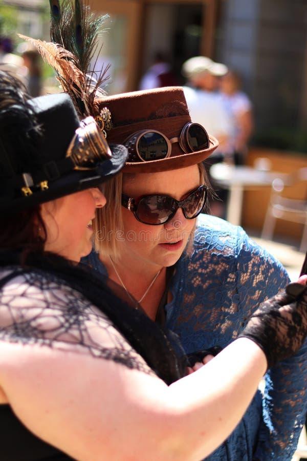 Дамы Steampunk моста Hebden красивые с шляпой Steampunk с изумлёнными взглядами стоковые фото