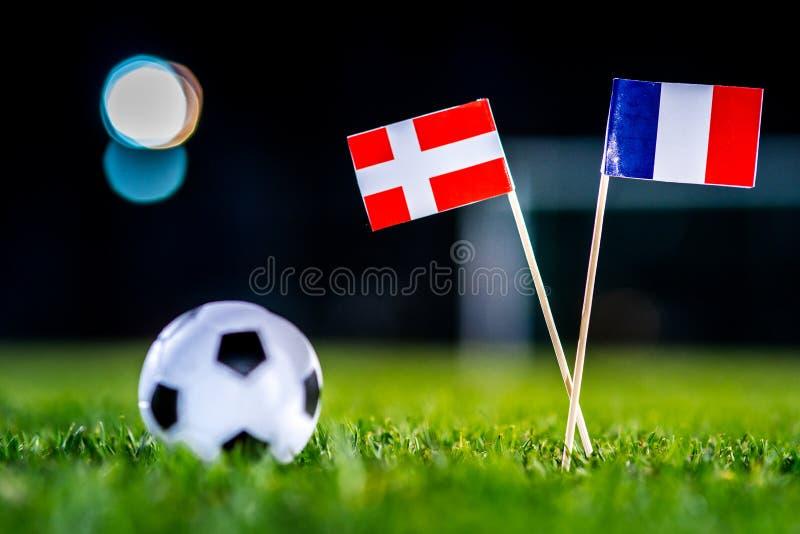 Дания - Франция, группа c, Tuesday, 26 Футбол -го июнь, кубок мира, Россия 2018, национальные флаги на зеленой траве, белом шарик стоковые фотографии rf